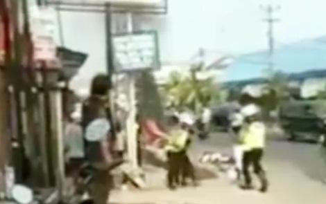 Marah Ditilang, Pemuda Ini Bakar Motornya Saat Razia Polisi